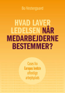 """I """"Hvad laver ledelsen, når medarbejderne bestemmer?"""" beskriver Bo Vestergaard i 7 cases, hvordan ledelsesretten bruges på en af Europas bedste arbejdspladser, der ligger i Danmark. Bo Vestergaard har skrevet en praktisk bog om mindre hierarki i ledelse og mere fair medarbejderinddragelse"""